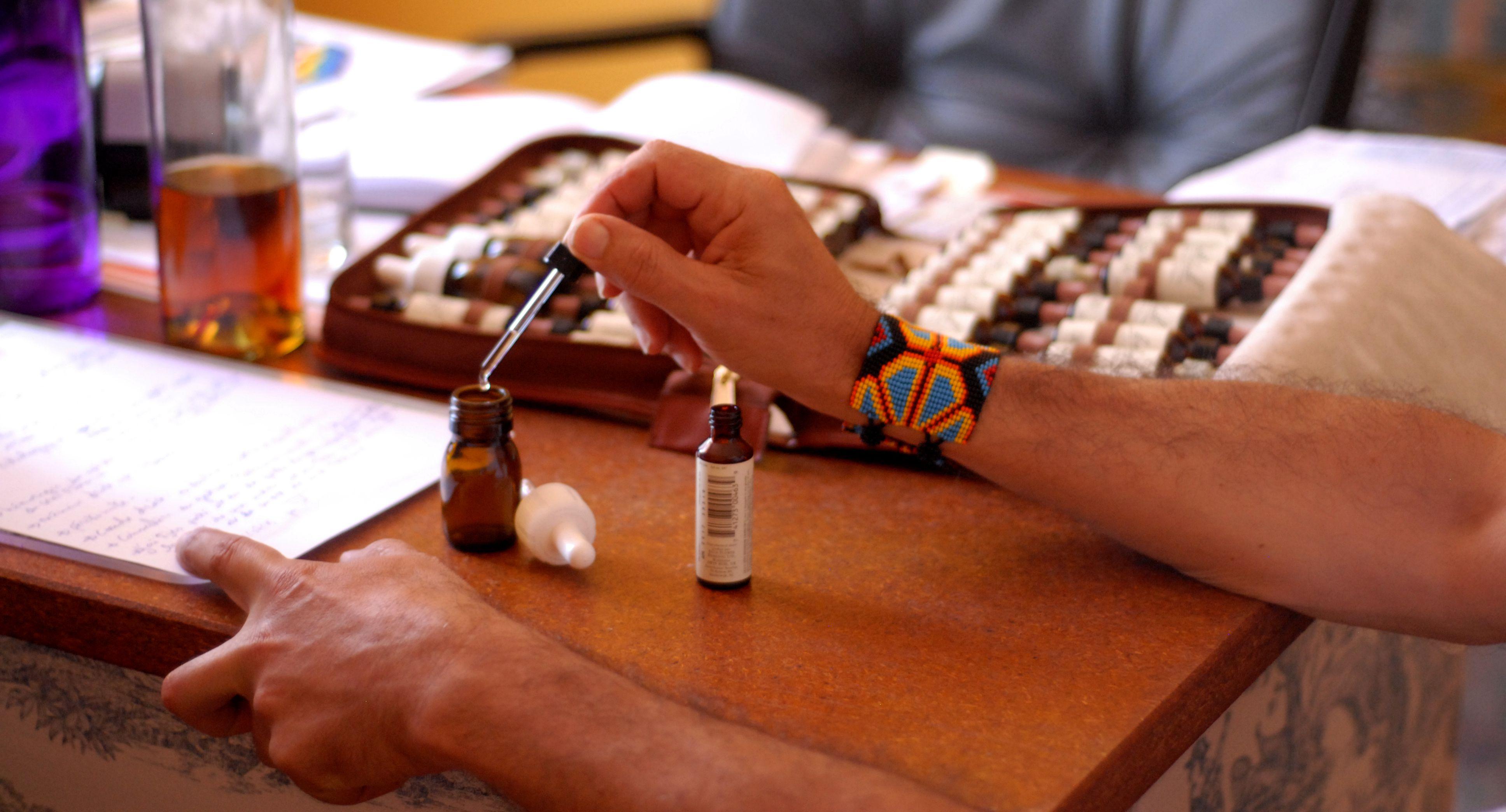 Le praticien compose une préparation à base de fleurs de bach