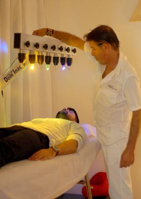 Le praticien règle les cristaux pour le bain de cristal de son patient